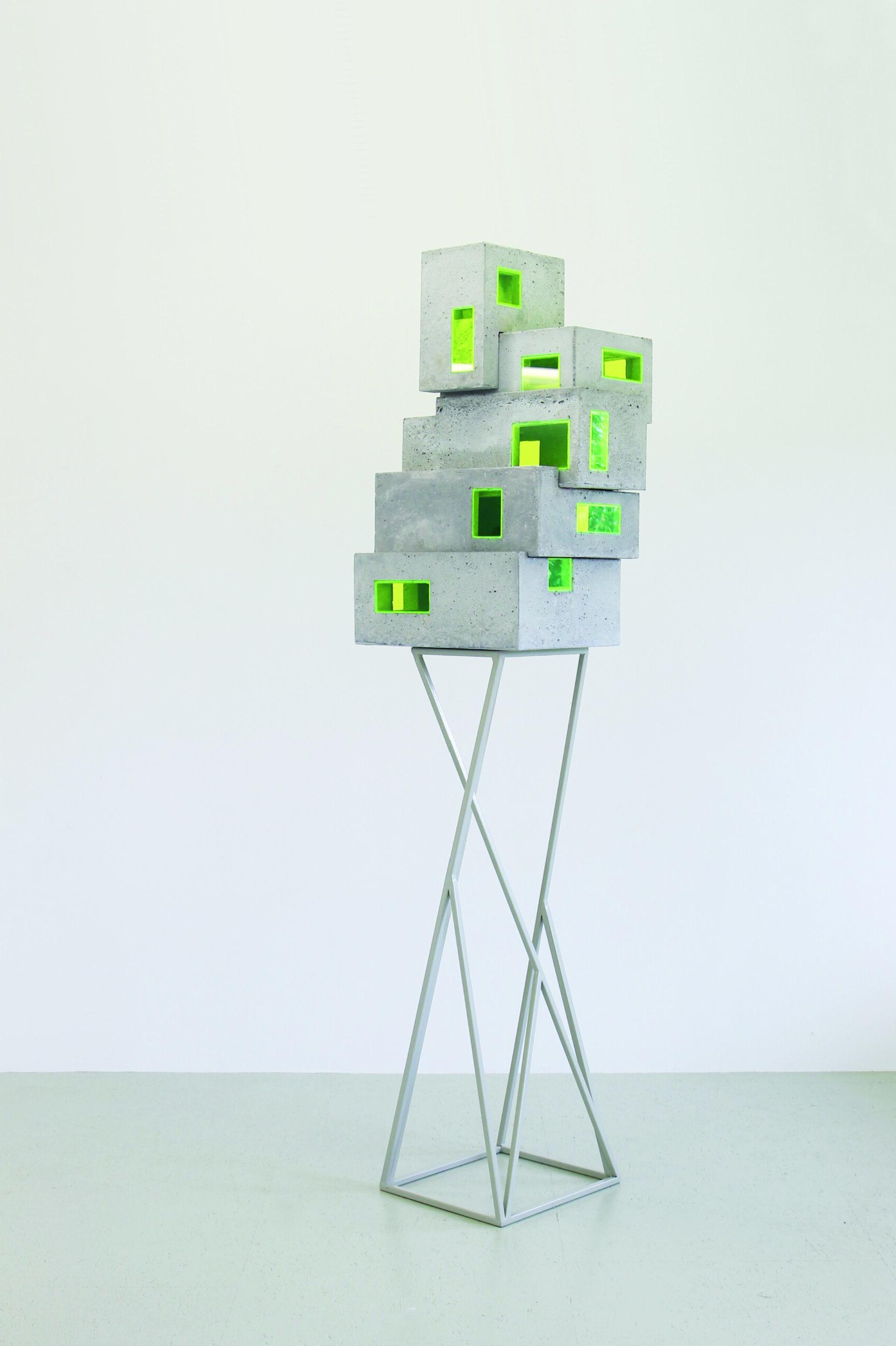 Z [stabiles Ungleichgewicht ]  | 2019 | Beton, Acrylglas, Metall | 50 x 33 x 200 cm