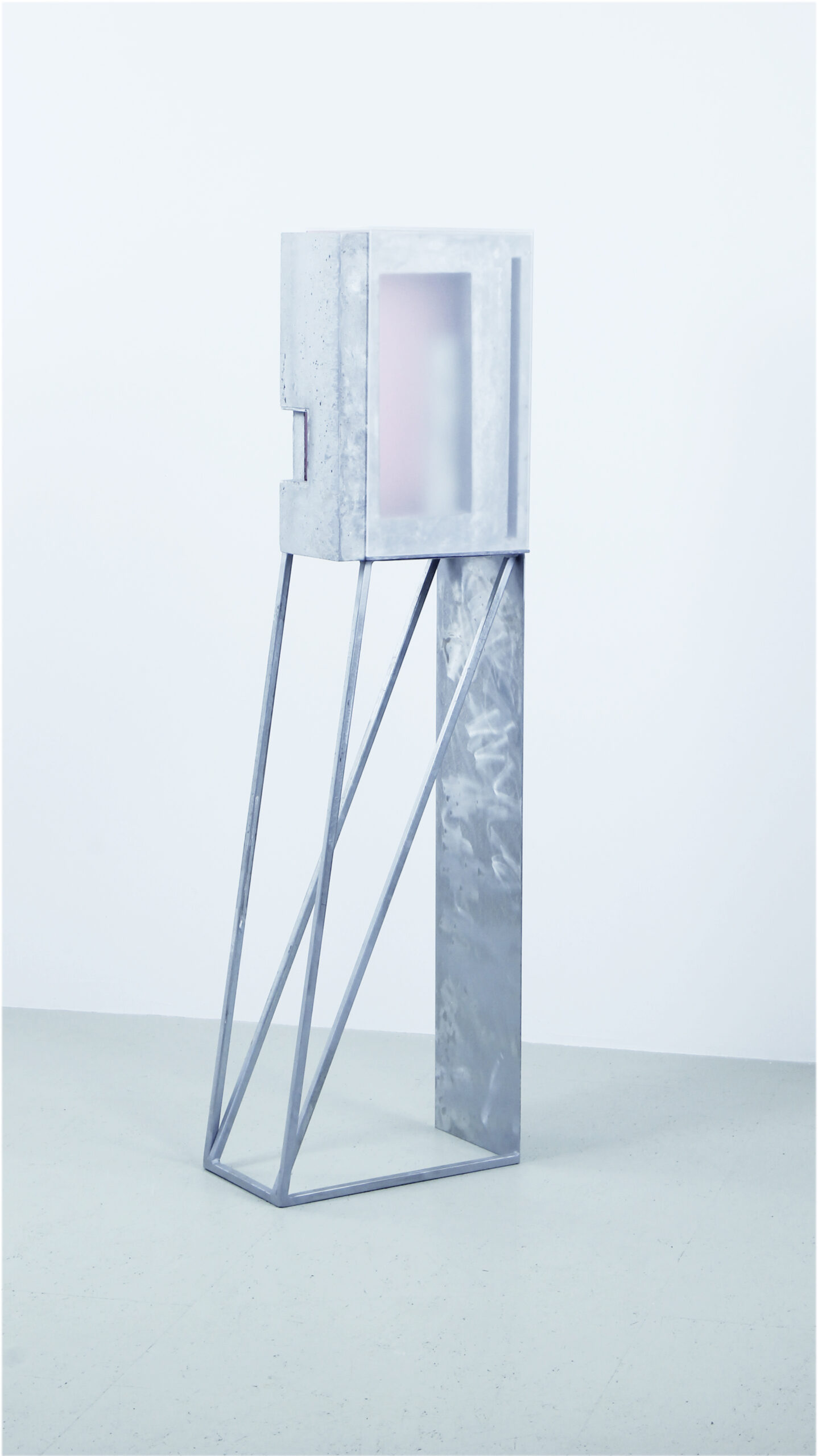 translucide III | 2020 | Beton/Acrylglas/Metall | 29 x 45 x 150 cm