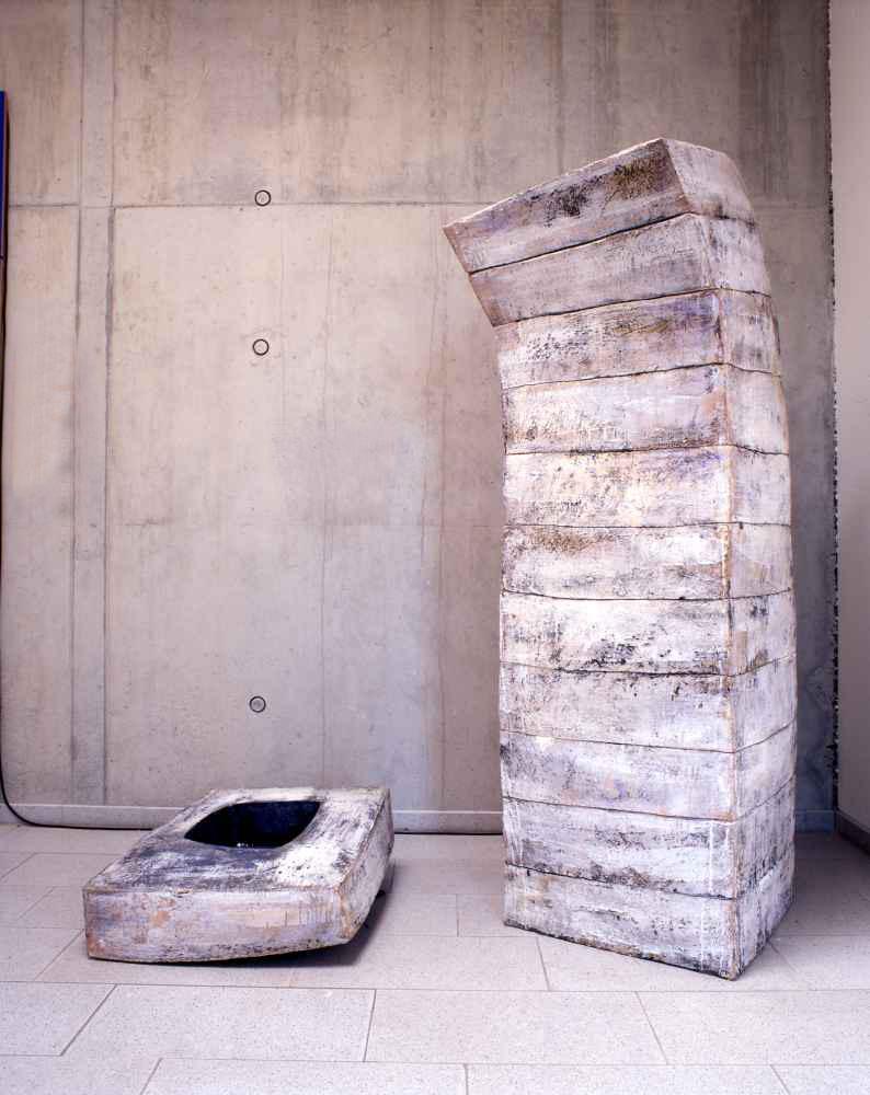 24 | 2000 | Steinzeug | 80 x80 x 190 cm | Hörsaalgebäu GW1 der Universität Bremen